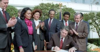 Reagan-signing-martin-luther-king-holiday